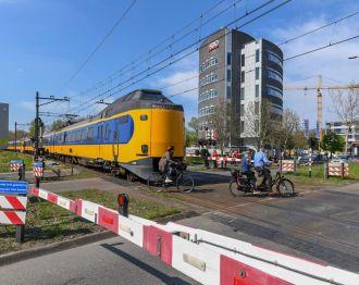 Defecte trein op spoorwegovergang bij Kerk en Zanen